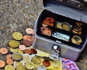 Skrzynka z monetami i banknotami
