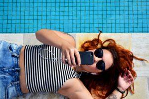 kobieta ze smartfonem